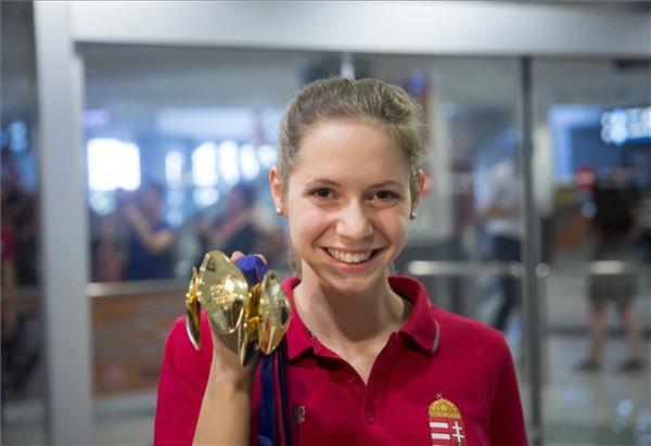 A négy aranyérmet szerző Kapás Boglárka úszó a Liszt Ferenc-repülőtéren 2016. május 23-án. Hazaérkezett a magyar úszóválogatott a londoni úszó, műugró és szinkronúszó Európa-bajnokságról, ahol tíz aranyérmet szereztek, és ez minden idők legjobb magyar eredménye. MTI Fotó: Mohai Balázs