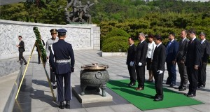 Az Országgyűlés Sajtóirodája által közreadott képen Kövér László, az Országgyűlés elnöke (első sor k) megkoszorúzza a koreai háborúban elesett katonák emlékművét a szöuli Nemzeti Sírkertben 2016. május 10-én. Mögötte L. Simon László, a Fidesz országgyűlési képviselője (j3), akinek vezetésével 2014-ben újjáalakult a magyar-koreai baráti tagozat, mellette Mesterházy Attila, a szocialista párt parlamenti képviselője, a magyar-koreai tagozat tagja (j4). MTI Fotó: Országgyűlés Sajtóirodája