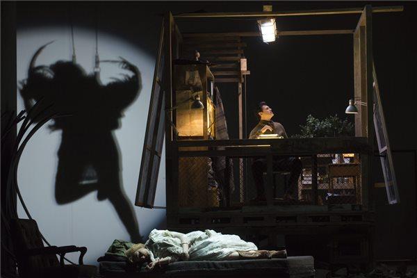 Szántó Andrea (b) Miranda és Franco Pomponi (j) Prospero szerepében Thomas Adés A vihar című operájának próbáján a Magyar Állami Operaházban 2016. május 18-án. A darabot május 21-én mutatják be a német Ludger Engels rendezésében. MTI Fotó: Kallos Bea