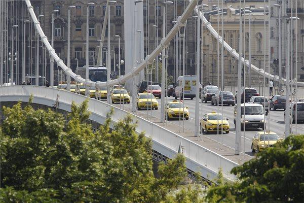 Az Uber személyszállító szolgáltatás ellen demonstráló taxisok Budapesten, az Erzsébet hídon 2016. május 17-én. MTI Fotó: Szigetváry Zsolt