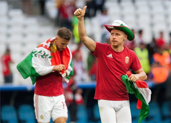 Priskin Tamás (b) és Dzsudzsák Balázs csapatkapitány, miután 1-1-es döntetlent játszottak a franciaországi labdarúgó Európa-bajnokság F csoportja második fordulójában játszott Izland - Magyarország mérkőzésen a marseille-i Velodrome Stadionban 2016. június 18-án. MTI Fotó: Illyés Tibor