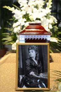 Krencsey Marianne színésznő ravatala a Farkasréti temetőben, Budapesten 2016. június 20-án. A színésznő hosszabb betegség után, életének 85. évében március 30-án hunyt el New Yorkban. MTI Fotó: Soós Lajos