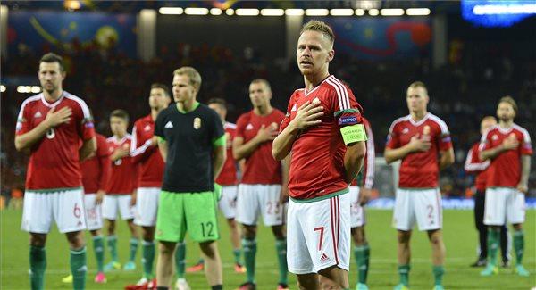 Dzsudzsák Balázs (elöl) a franciaországi labdarúgó Európa-bajnokság nyolcaddöntőjében játszott Magyarország - Belgium mérkőzés végén a toulouse-i Municipal Stadionban 2016. június 26-án. A magyar válogatott 4-0-ra kikapott Belgiumtól, így kiesett. MTI Fotó: Illyés Tibor
