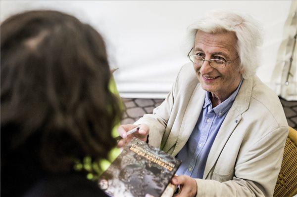 Esterházy Péter Kossuth-díjas író dedikál a 87. Ünnepi Könyvhéten, a budapesti Vörösmarty téren 2016. június 11-én. MTI Fotó: Balogh Zoltán