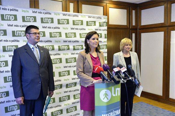 Szél Bernadett, a Lehet Más a Politika (LMP) társelnöke, Schmuck Erzsébet, frakcióvezető-helyettes (j) és a Vida Attila, az országos elnökség titkára a párt országgyűlési képviselőcsoportja és országos elnöksége együttes ülése után tartott sajtótájékoztatón a Képviselői Irodaházban 2016. június 1-jén. Bejelentették, hogy az LMP várhatóan júliusban, de legkésőbb a nyár végéig dönt a távozó Schiffer András társelnök utódlásáról. MTI Fotó: Máthé Zoltán