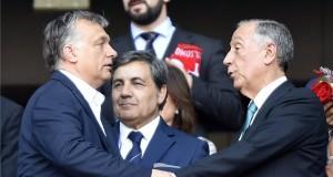 Orbán Viktor miniszterelnök (b) és Marcelo Rebelo de Sousa portugál államfő (j) üdvözli egymást a franciaországi labdarúgó Európa-bajnokság F csoportja harmadik fordulójában játszott Magyarország - Portugália mérkőzés végén, a lyoni stadionban 2016. június 22-én. A találkozó 3-3-as döntetlennel ért véget. MTI Fotó: Illyés Tibor