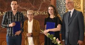 Törőcsik Mari kétszeres Kossuth-díjas színművész, a nemzet művésze (k) a róla elnevezett ösztöndíj nyerteseivel, Józsa Bettinával  (j2) és Vizi Dáviddal (b), a Színház- és Filmművészeti Egyetem (SZFE) hallgatóival, jobról Balog Zoltán, az emberi erőforrások minisztere az ösztöndíj átadási ünnepségén a fővárosi Uránia Nemzeti Filmszínházban 2016. május 31-én. MTI Fotó: Bruzák Noémi