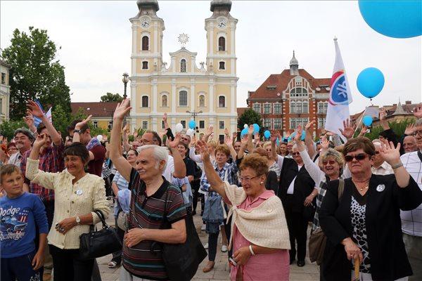 """A Pedagógusok Szakszervezete és a Pedagógusok Demokratikus Szakszervezete által szervezett oktatási demonstráció Miskolcon, a Hősök terén 2016. június 11-én. A tüntetők a Tanítanék Mozgalom és a Civil Közoktatási Platform szabad oktatásért tartott tanévzáró, """"bizonyítványosztó"""" budapesti demonstrációjához csatlakozva tartották rendezvényüket. MTI Fotó: Vajda János"""