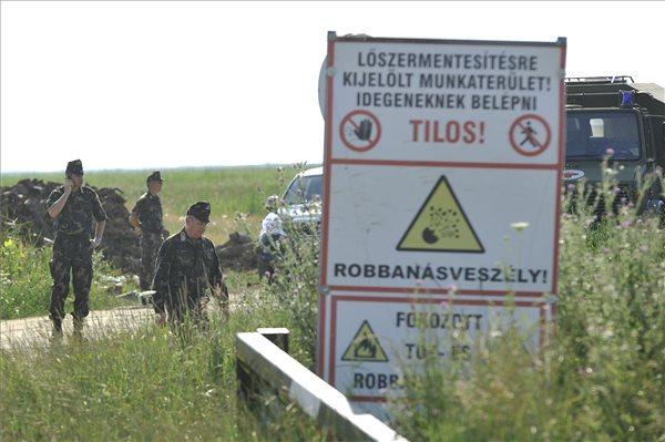 Benkő Tibor, a magyar honvédvezérkar főnöke (b3) és Takács Attila ezredes, az MH 5. Bocskai István Lövészdandár parancsnoka (b) a Nádudvar közelében, a Hortobágyi Nemzeti Park területén lévő, volt bombázótérhez vezető úton 2016. július 1-jén. A bombázótéren az MH 1. Honvéd Tűzszerész és Hadihajós Ezred tűzszerészei mentesítési feladatokat végeztek. Az egyik robbanótest, egy második világháborús bomba a hatástalanítás közben eddig tisztázatlan okból felrobbant. A balesetben négy tűzszerész életét vesztette. MTI Fotó: Czeglédi Zsolt