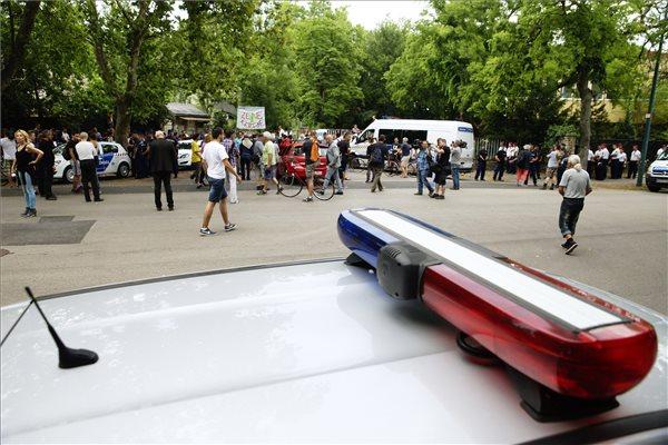 Rendőrök és a Ligetvédők nevű civil mozgalom aktivistái a városligeti Hungexpo irodaházaknál 2016. július 6-án. Az épületek bontását megkezdték, a hatóságok kiürítik a Liget Budapest projekt ellen tiltakozó aktivisták által elfoglalt területet. MTI Fotó: Balogh Zoltán