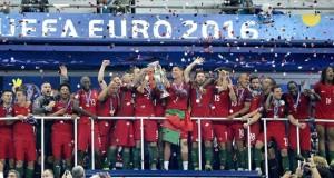 A győztes portugál válogatott játékosai ünnepelnek a kupával a franciaországi labdarúgó Európa-bajnokság döntőjében vívott Franciaország - Portugália mérkőzés végén a Saint-Denis-i Stade de France stadionban 2016. július 10-én. A tornát Portugália nyerte, miután hosszabbítás után 1-0-ra legyőzte a házigazda francia csapatot. MTI Fotó: Illyés Tibor