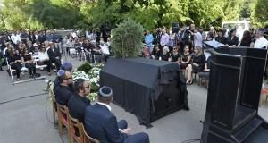 A gyászoló család Somló Tamás temetésén a budapesti Kozma utcai izraelita temetőben 2016. július 21-én. A 68 éves zenész hosszú betegség után, július 19-én hunyt el. MTI Fotó: Koszticsák Szilárd