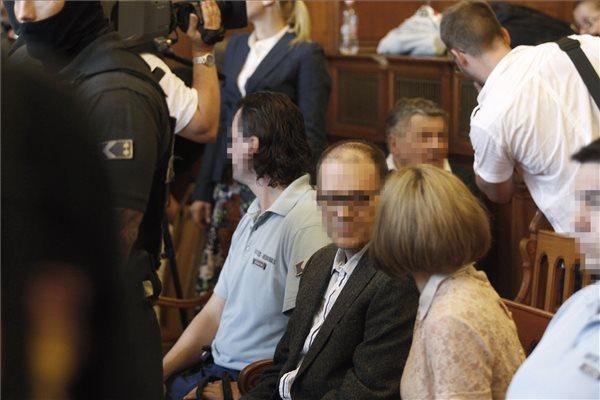 Tarsoly Csaba (k) a tárgyalóteremben az ellene és társai ellen indított büntetőper tárgyalásán a Fővárosi Törvényszéken 2016. július 12-én. Az ügyészség öt vádpontban 5458 rendbeli csalást és sikkasztást ró a vádlottak terhére. A Tarsoly Csabát érintő cselekmények száma a vád szerint 753 rendbeli. MTI Fotó: Szigetváry Zsolt