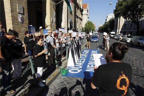 Egy résztvevő beszél a Quaestor-károsultak flashmobján a Fővárosi Törvényszék Markó utcai épületénél 2016. július 12-én. A jelenlévők az ellen tiltakoznak, hogy a feljelentéseik ellenére az ügyészség csak az 50 millió feletti 232 károsultat emelte név szerint a vádba és csak 20 milliárd forint kár értékben, valamint az ellen, hogy 12 ezer károsult egyetlen fillért sem kapott. A Quaestor-ügy tárgyalása ezen a napon kezdődik a bíróságon, az ügyészség öt vádpontban 5458 rendbeli csalást és sikkasztást ró a vádlottak terhére. MTI Fotó: Szigetváry Zsolt