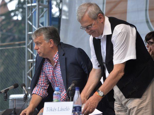 Orbán Viktor miniszterelnök (b) és Tőkés László európai parlamenti képviselő, az Erdélyi Magyar Nemzeti Tanács (EMNT) elnöke (b) a 27. Bálványosi Nyári Szabadegyetem és Diáktáborban (Tusványos) az erdélyi Tusnádfürdőn 2016. július 23-án. MTI Fotó: Máthé Zoltán