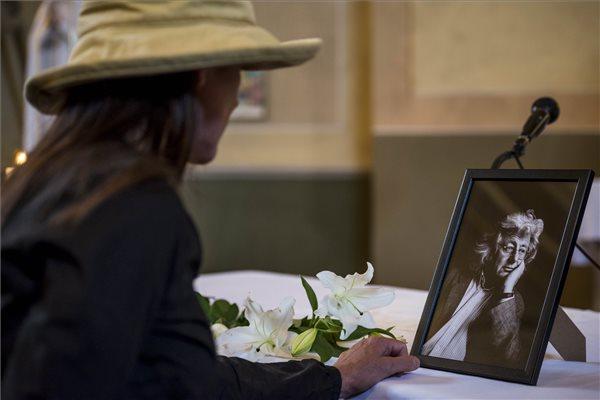 Egy gyászoló Esterházy Péter temetése után a Veszprém megyei Gannán, a Szent Kereszt Felmagasztalása plébániatemplomban 2016. augusztus 2-án. A Kossuth-díjas író 66 éves korában, július 14-én hunyt el. MTI Fotó: Bodnár Boglárka