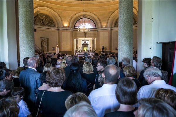Gyászolók Esterházy Péter temetésen a Veszprém megyei Gannán, a Szent Kereszt Felmagasztalása plébániatemplomban 2016. augusztus 2-án. A Kossuth-díjas író 66 éves korában, július 14-én hunyt el. MTI Fotó: Bodnár Boglárka