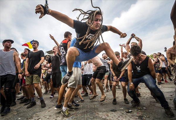Közönség az ausztrál Parkway Drive együttes koncertjén a budapesti Hajógyári-szigeten a 24. Sziget fesztivál ötödik napján, 2016. augusztus 16-án. MTI Fotó: Mohai Balázs