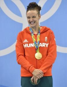 A győztes Hosszú Katinka a női 200 méteres vegyesúszás eredményhirdetésén a riói nyári olimpián a Rio de Janeiró-i Olimpiai Uszodában 2016. augusztus 9-én. MTI Fotó: Illyés Tibor