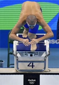 Cseh László rajtol a férfi 100 méteres pillangóúszás elődöntőjében a riói nyári olimpián a Rio de Janeiró-i Olimpiai Uszodában 2016. augusztus 11-én. A magyar úszó a negyedik idővel jutott a döntőbe. MTI Fotó: Czeglédi Zsolt