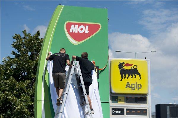 Munkások a Mol logójával ellátott totemoszlopot helyeznek el a fővárosban a Szentendrei úti Agip-kútnál 2016. augusztus 1-jén. Fasimon Sándor, a Mol Magyarország ügyvezető igazgatója sajtótájékoztatót jelentette be, hogy a Mol-csoport lezárta az olasz Eni magyar leányvállalatának megvásárlását, ezáltal újabb 173 Agip márkanév alatt üzemeltetett töltőállomás került a Molhoz. MTI Fotó: Koszticsák Szilárd