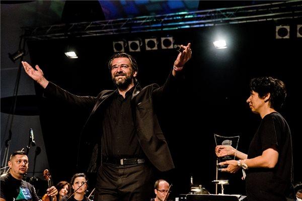 Zeljko Andric, a Szerb Nemzeti Színház énekese (b) átveszi az Armel Operafesztivál Arte-közönségdíjat Havas Ágnestől, az Armel Operafesztivál igazgatójától a Sziget fesztivál ötödik napján a Fidelio Classical és Jazz Színpadon, a budapesti Hajógyári-szigeten 2016. augusztus 16-án. Az operafesztivál előadásai közül a szerb társulat The Omnibus Opera című produkciója kapta az elismerést. MTI Fotó: Balogh Zoltán