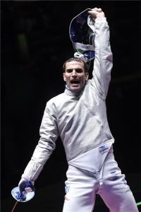 Szilágyi Áron ünnepel, miután legyőzte az amerikai Daryl Homert a riói nyári olimpia férfi kard egyéni versenyének döntőjében a Rio de Janeiró-i 3-as Karióka Arénában 2016. augusztus 10-én. MTI Fotó: Kovács Tamás