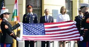 Tengerészgyalogosok összehajtják az amerikai zászlót a 2001. szeptember 11-i New York-i terrortámadások 15. évfordulóján tartott megemlékezésen az amerikai nagykövetség épülete előtt 2016. szeptember 11-én. Középen Tollár Tibor tűzoltó vezérőrnagy, a katasztrófavédelem megbízott főigazgatója, Pintér Sándor belügyminiszter, Colleen Bell amerikai nagykövet, valamint az ikertornyok elleni támadás utáni mentésben részt vevő Dan Daly amerikai tűzoltó ezredes (b-j). MTI Fotó: Kovács Tamás