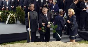 Lezsák Sándor, az Országgyűlés alelnöke (elöl, b2) virágot dob Csoóri Sándor kétszeres Kossuth-díjas költő, író, esszéista, a nemzet művésze sírjába az Óbudai temetőben 2016. szeptember 21-én. A háttérben Orbán Viktor miniszterelnök (első sor k), mellette jobbra Schmitt Pál korábbi köztársasági elnök, Gróh Gáspár irodalomtörténész, a Köztársasági Elnöki Hivatal Társadalmi Kapcsolatok Igazgatóságának igazgatója (b7), Boross Péter volt miniszterelnök (első sor b6), Balog Zoltán, az emberi erőforrások minisztere (b5), Fazekas Sándor földművelésügyi miniszter (b4), Varga Mihály nemzetgazdasági miniszter (b3) és Martonyi János jogász, volt külügyminiszter (b). Csoóri Sándort hosszan tartó súlyos betegség után, életének 87. évében érte a halál 2016. szeptember 12-én kora hajnalban. MTI Fotó: Soós Lajos