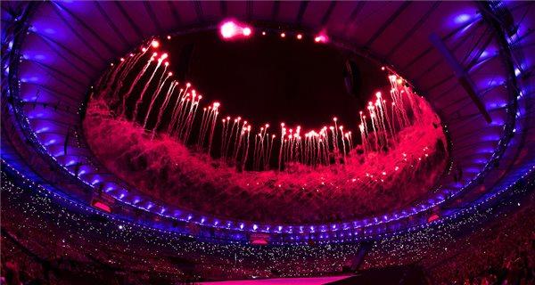 Tűzijáték a XV. paralimpia megnyitóünnepségén a Rio de Janeiró-i Maracana Stadionban 2016. szeptember 7-én. MTI Fotó: Koszticsák Szilárd