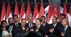 Orbán Viktor miniszterelnök (középen, b6) beszédet mond a Fidesz-KDNP eredményváró rendezvényén a Bálna Budapest rendezvényközpontban a kvótareferendum napján, 2016. október 2-án. A népszavazást a nem magyar állampolgárok Magyarországra történő kötelező betelepítésével kapcsolatban írták ki. A kormányfő mögött Pelczné Gáll Ildikó, az Európai Parlament (EP) néppárti alelnöke, Szájer József fideszes európai parlamenti (EP-) képviselő, Gulyás Gergely, az Országgyűlés törvényalkotásért felelős fideszes alelnöke, Kósa Lajos, a Fidesz parlamenti frakcióvezetője, Semjén Zsolt nemzetpolitikáért felelős miniszterelnök-helyettes, Kubatov Gábor, a Fidesz alelnöke, a párt országos pártigazgatója, Németh Szilárd, a Fidesz frakcióvezető-helyettese, Kocsis Máté, a VIII. kerület fideszes polgármestere és Simicskó István honvédelmi miniszter (b-j). MTI Fotó: Koszticsák Szilárd