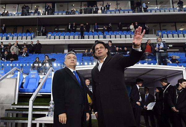 Orbán Viktor miniszterelnök (b) és Deutsch Tamás, az MTK elnöke az új Hidegkuti Nándor Stadion megnyitóünnepségén 2016. október 13-án. MTI Fotó: Illyés Tibor