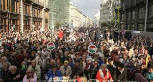 Résztvevők a Lehet Más a Politika (LMP), az Együtt és a Párbeszéd Magyarországért (PM) közös demonstrációján a főváros V. kerületében, a Szabad sajtó úton 2016. október 16-án. Az ellenzéki pártok a Népszabadság megszüntetése és a korrupció ellen tüntettek. MTI Fotó: Mohai Balázs