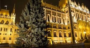 Az ország karácsonyfája Budapesten, a Kossuth téren 2016. november 25-én. A mintegy húsz méter magas, négy és fél tonna súlyú ezüstfenyőt a Fejér megyei Sárszentmihályon vágták ki. MTI Fotó: Lakatos Péter