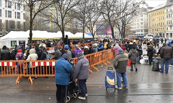 A Magyarországi Krisna-tudatú Hívők Közösségének szegényélelmezési programját megvalósító Ételt az Életért Közhasznú Alapítvány ételosztása a budapesti Blaha Lujza téren 2016. december 24-én. MTI Fotó: Illyés Tibor