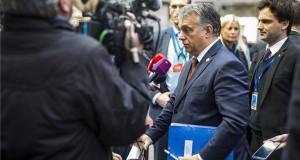 A Miniszterelnöki Sajtóiroda által közreadott képen Orbán Viktor miniszterelnök (k) nyilatkozik az Európai Unió brüsszeli csúcstalálkozója előtt 2016. december 15-én. Balra Havasi Bertalan, a Miniszterelnöki Sajtóiroda vezetője. MTI Fotó: Miniszterelnöki Sajtóiroda / Szecsődi Balázs