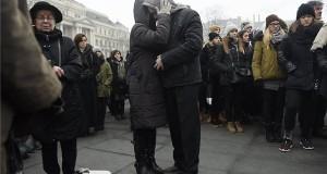 A budapesti Szinyei Merse Pál Gimnázium tanulói és tanárai az Országház előtti Kossuth Lajos téren, ahol katonai tiszteletadással felvonták, majd félárbócra eresztették a nemzeti lobogót a veronai buszbaleset áldozataiért elrendelt nemzeti gyásznapon 2017. január 23-án. Január 20-án éjjel az olaszországi Verona közelében balesetet szenvedett egy magyar fiatalokat szállító busz, tizenhatan meghaltak, huszonhatan megsérültek. A buszon a budapesti Szinyei Merse Pál Gimnázium tanulói, volt diákok, tanárok és egyikük családja utazott. MTI Fotó: Kovács Tamás