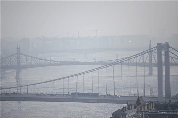 Az Erzsébet híd és a Szabadság híd a szmogban Budapesten 2017. január 22-én. Tarlós István főpolgármester elrendelte a szmogriadó riasztási fokozatát Budapesten. MTI Fotó: Mohai Balázs