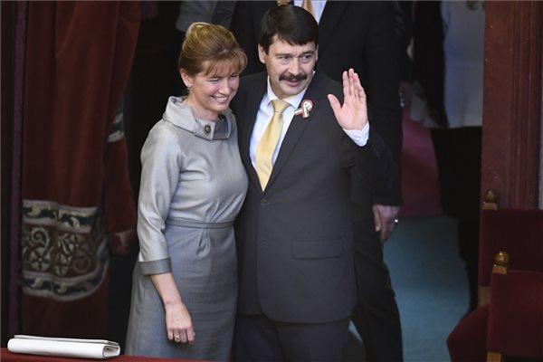 Az újraválasztott Áder János köztársasági elnök és felesége, Herczegh Anita az Országgyűlés plenáris ülésén 2017. március 13-án. Áder János, a Fidesz-KDNP jelöltje 131 szavazatot kapott a titkos voksolás második fordulójában. A baloldali ellenzék által támogatott Majtényi Lászlóra 39-en szavaztak. MTI Fotó: Koszticsák Szilárd