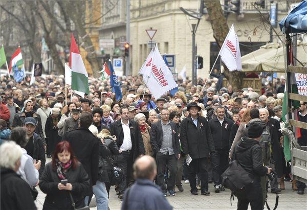 A Majtényi László (az első sorban, kalapban) államfőjelölését kezdeményező Elnököt a köztársaságnak csoport Séta az új köztársaságért címmel meghirdetett tüntetésének résztvevői Budapest belvárosában 2017. március 15-én. MTI Fotó: Máthé Zoltán