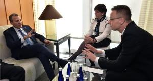 A Külgazdasági és Külügyminisztérium (KKM) által közreadott képen Szijjártó Péter külgazdasági és külügyminiszter (j) és Gibran Bászil libanoni külügyminiszter az Iszlám Állam elleni küzdelem céljából életre hívott nemzetközi koalíció washingtoni konferenciáján 2017. március 22-én. MTI Fotó: KKM