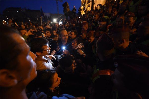 Rendőrök és tiltakozók a Parlament előtti Kossuth Lajos téren 2017. április 9-én. Az Oktatási szabadságot csoport Szabad ország, szabad CEU, szabad gondolat! címmel meghirdetett demonstrációja után többen a Parlament előtt maradtak. A demonstráción a nemzeti felsőoktatásról szóló törvény április 4-i módosítása ellen tiltakoztak, amely szerintük ellehetetleníti a Közép-európai Egyetem (CEU) magyarországi működését. Ezért arra kérik Áder János köztársasági elnököt, hogy ne írja alá az elfogadott törvényt. MTI Fotó: Balogh Zoltán