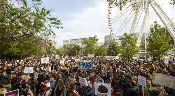 A Magyar Kétfarkú Kutya Párt (MKKP) demonstrációjának résztvevői Budapesten, az Erzsébet téren 2017. április 22-én. MTI Fotó: Mohai Balázs