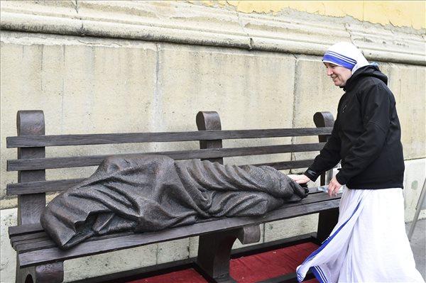Egy szerzetesnő megérinti a Hajléktalan Jézus szobrát a VIII. kerületi Horváth Mihály téren az alkotás átadásának napján, 2017. április 11-én. A Jézust padon fekvő hajléktalanként megjelenítő Krisztus-ábrázolás Timothy Schmalz kanadai szobrász alkotása, első példányát 2013-ban helyezték el Torontóban. A szobor egy-egy példányát azóta több nagyvárosban is elhelyezték. MTI Fotó: Marjai János