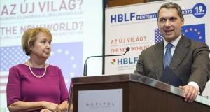 Lázár János, a Miniszterelnökséget vezető miniszter beszédet mond a Hungarian Business Leaders Forum (HBLF) által rendezett XIX. Pénzügyi csúcstalálkozón a Sofitel Budapest szállodában 2017. április 20-án. Mellette Czakó Borbála, a HBLF elnöke. MTI Fotó: Mohai Balázs