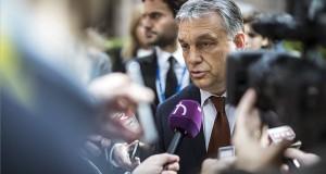 A Miniszterelnöki Sajtóiroda által közreadott képen Orbán Viktor miniszterelnök (k) nyilatkozik az Európai Unió csúcstalálkozója után Brüsszelben 2017. április 29-én. Mögötte Havasi Bertalan, a Miniszterelnöki Sajtóiroda vezetője (b). MTI Fotó: Miniszterelnöki Sajtóiroda / Szecsődi Balázs
