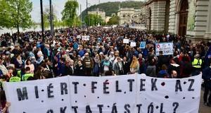Résztvevők gyülekeznek az Oktatási szabadságot csoport Szabad ország, szabad CEU, szabad gondolat! címmel meghirdetett demonstrációja előtt a Várkert Bazárnál 2017. április 9-én. A jelenlévők a nemzeti felsőoktatásról szóló törvény április 4-i módosítása ellen tiltakoztak, amely szerintük ellehetetleníti a Közép-európai Egyetem (CEU) magyarországi működését. Ezért arra kérik Áder János köztársasági elnököt, hogy ne írja alá az elfogadott törvényt. MTI Fotó: Marjai János