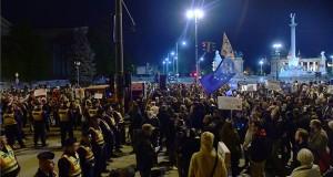 Az Állítsuk meg Moszkvát! címmel meghirdetett tüntetés résztvevői, akik a budapesti orosz nagykövetségtől átvonultak a Fidesz-székházhoz 2017. április 24-én. MTI Fotó: Kovács Tamás