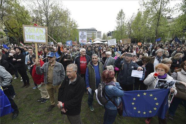 """A Nem maradunk csendben elnevezésű Facebook-csoport által meghirdetett tüntetés résztvevői a belvárosi Szabadság téren 2017. április 15-én. A szervezők a """"kormány megfélemlítő politikája ellen"""" tiltakoznak. MTI Fotó: Balogh Zoltán"""