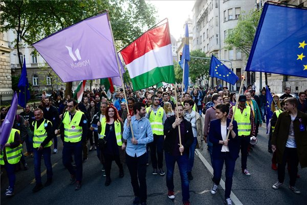 Fekete-Győr András, a Momentum Mozgalom elnöke (elöl, b) és résztvevők zászlókkal vonulnak a Momentum Mozgalom Európához tartozunk! jelmondattal meghirdetett demonstrációján, a Szabadság térről a Hősök terére 2017. május 1-jén. MTI Fotó: Marjai János